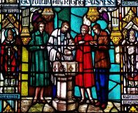 Stained_glass_window_depicting_Episcopal_baptism (1)